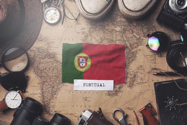 Drapeau Du Portugal Entre Les Accessoires Du Voyageur Sur L'ancienne Carte Vintage. Tir Aérien Photo Premium