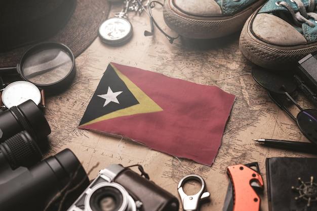 Drapeau Du Timor Oriental Entre Les Accessoires Du Voyageur Sur L'ancienne Carte Vintage. Concept De Destination Touristique. Photo Premium