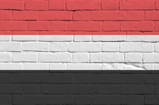 Drapeau Du Yémen Dans Les Couleurs De Peinture Sur Le Vieux Mur De Briques Photo Premium