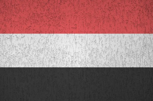 Drapeau Du Yémen Représenté Dans Des Couleurs Vives Sur Le Vieux Mur De Plâtrage En Relief. Bannière Texturée Sur Fond Rugueux Photo Premium