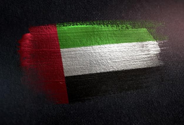 Drapeau des émirats arabes unis fait de peinture brosse métallique sur mur sombre grunge Photo Premium