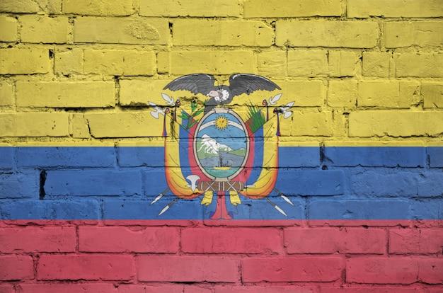 Le Drapeau De L'équateur Est Peint Sur Un Vieux Mur De Briques Photo Premium