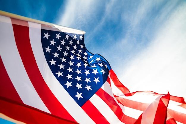 Drapeau des états-unis d'amérique sur le fond de ciel bleu Photo Premium