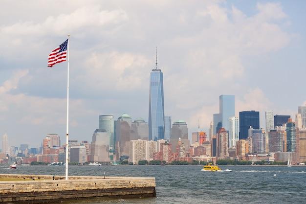 Drapeau des états-unis avec les gratte-ciel de new york sur fond Photo Premium