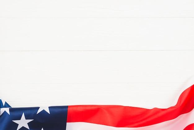 Drapeau des états-unis sur le platelage blanc Photo gratuit