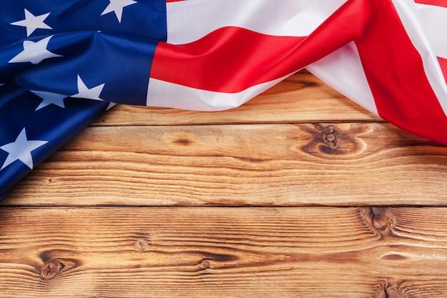 Drapeau des états-unis sur une table en bois clair bouchent l'espace de la copie Photo Premium