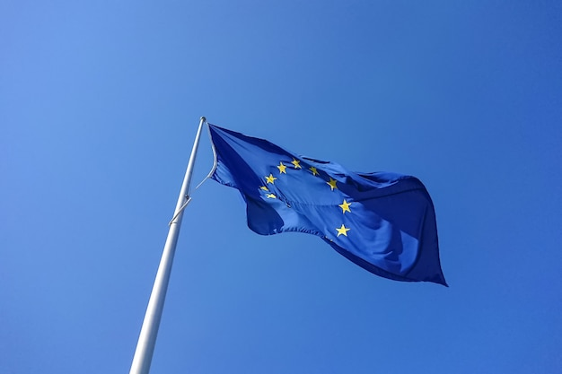 Drapeau européen souffle dans le vent Photo Premium
