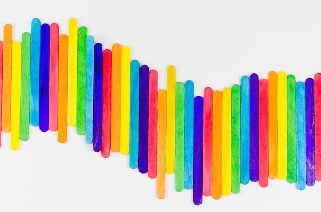 Drapeau de fierté avec des bâtons colorés Photo gratuit