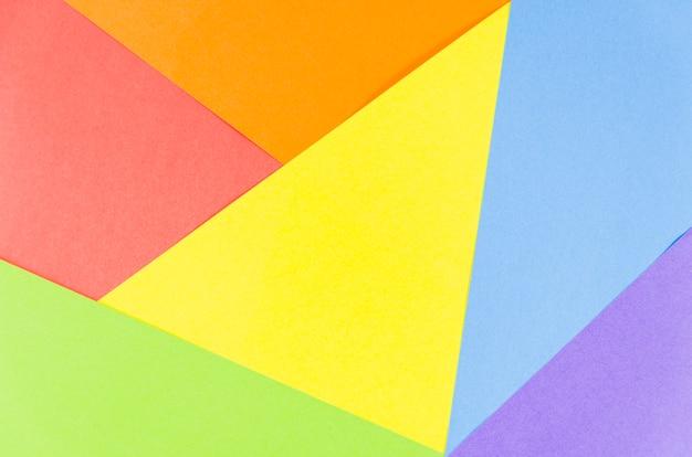 Drapeau de la fierté avec une feuille de papier coloré Photo gratuit