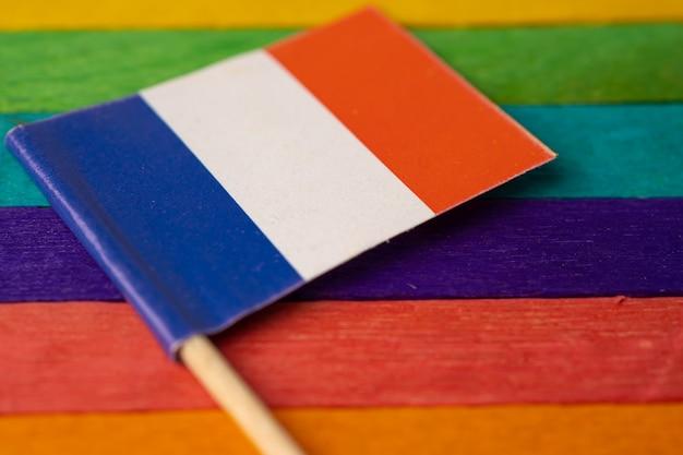 Drapeau De La France Sur Le Symbole De Fond Arc-en-ciel Du Mois De La Fierté Gay Lgbt. Photo Premium