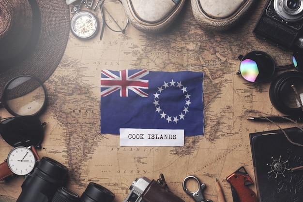 Drapeau Des îles Cook Entre Les Accessoires Du Voyageur Sur L'ancienne Carte Vintage. Tir Aérien Photo Premium