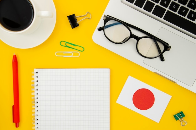 Drapeau japonais à côté du cahier vide Photo gratuit
