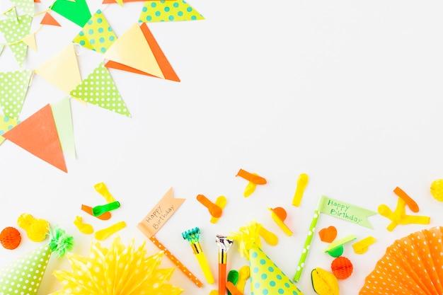 Drapeau de joyeux anniversaire; souffleur de corne de fête; chapeau; ballon et bruant sur fond blanc Photo gratuit