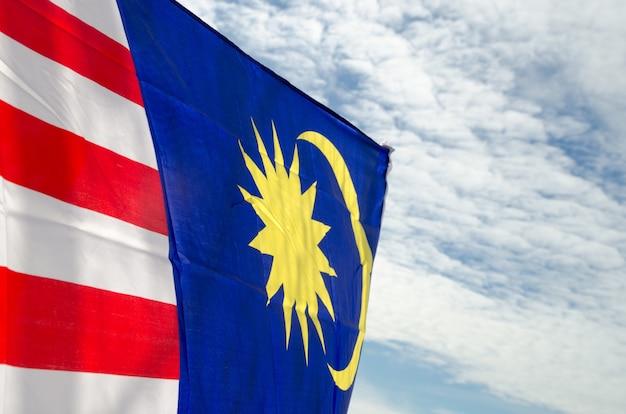 Drapeau de la malaisie sur le ciel bleu Photo Premium