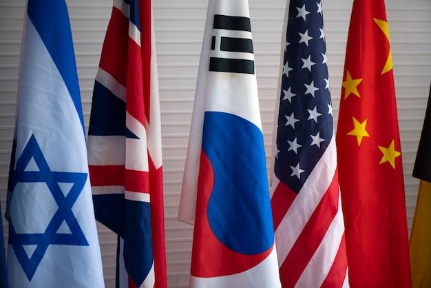 Le drapeau multinational à la conférence de coopération internationale Photo Premium