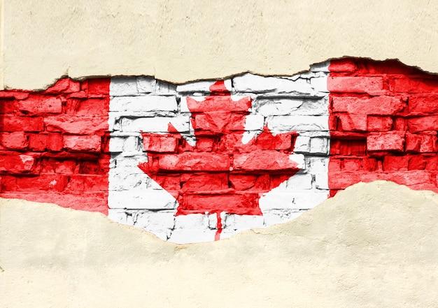 Drapeau National Du Canada Sur Un Fond De Brique. Mur De Briques Avec Plâtre Partiellement Détruit, Arrière-plan Ou Texture. Photo Premium