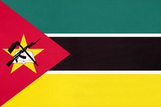 Drapeau National De La République Du Mozambique En Tissu, Fond Textile. Photo Premium