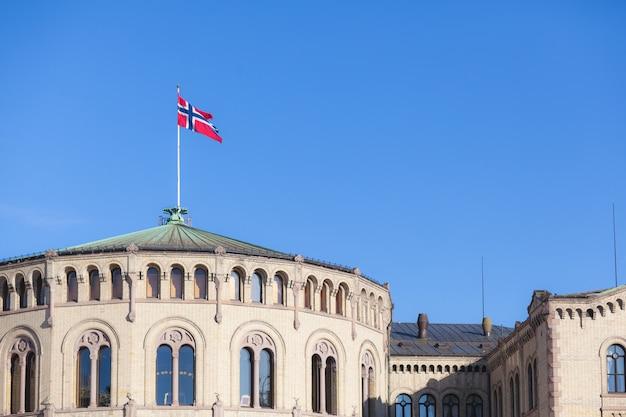 Drapeau Norvégien Sur Le Toit Du Parlement Photo Premium