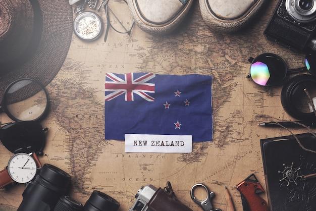 Drapeau De La Nouvelle-zélande Entre Les Accessoires Du Voyageur Sur L'ancienne Carte Vintage. Tir Aérien Photo Premium