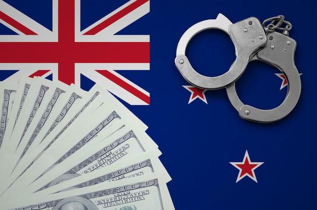 Drapeau De La Nouvelle-zélande Avec Des Menottes Et Un Paquet De Dollars. Le Concept D'opérations Bancaires Illégales En Devise Américaine Photo Premium