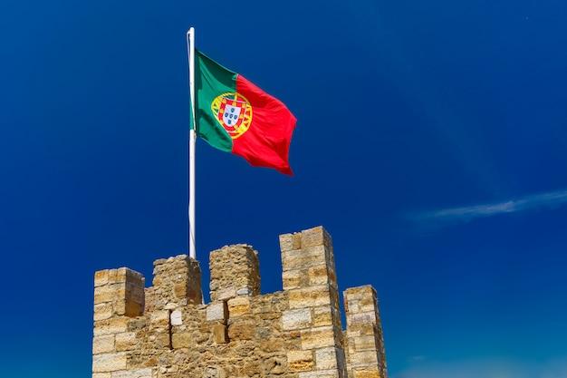 Drapeau Portugais Sur Le Mur De La Forteresse, Lisbonne, Portugal Photo Premium