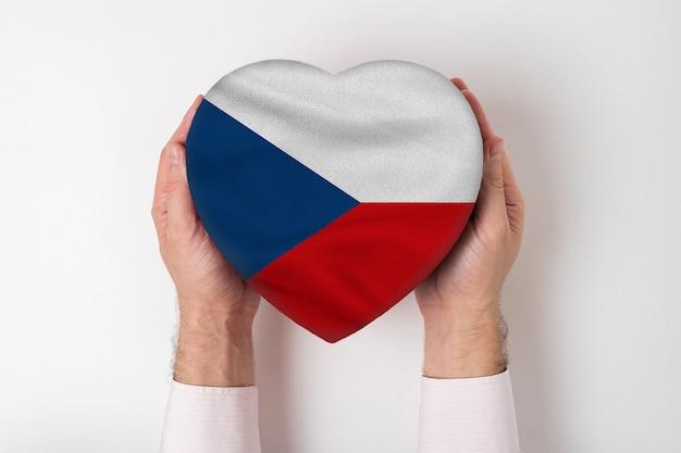 Drapeau De La République Tchèque Sur Une Boîte En Forme De Coeur Dans Une Main Masculine. Fond Blanc Photo Premium