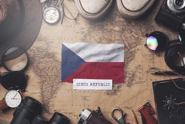 Drapeau De La République Tchèque Entre Les Accessoires Du Voyageur Sur L'ancienne Carte Vintage. Tir Aérien Photo Premium