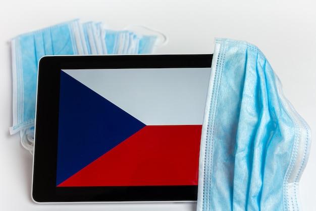 Drapeau De La République Tchèque Recouvert D'un Masque De Protection Chirurgical Pour La Prévention Des Coronavirus Covid-19 Photo Premium
