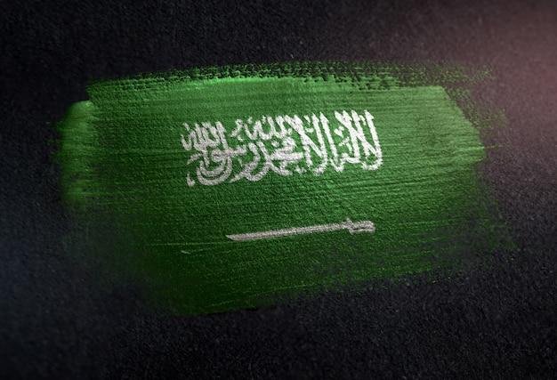 Drapeau saoudien fait de peinture brosse métallique sur mur sombre grunge Photo Premium