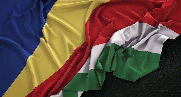 Drapeau Des Seychelles Enroulé Sur Fond Sombre 3d Render Photo gratuit