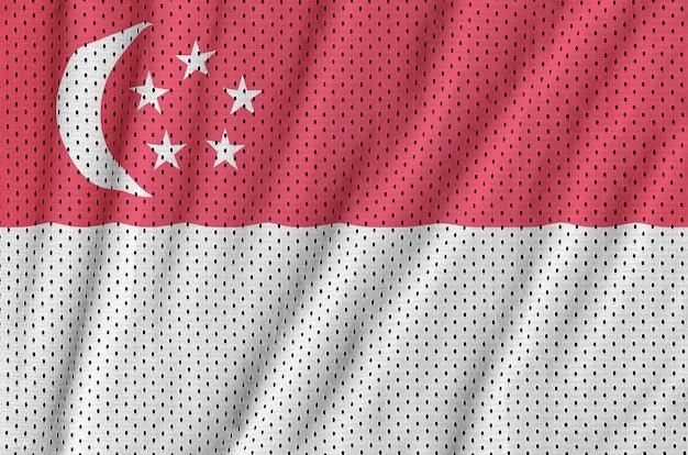 Drapeau de singapour imprimé sur un filet de nylon et polyester Photo Premium