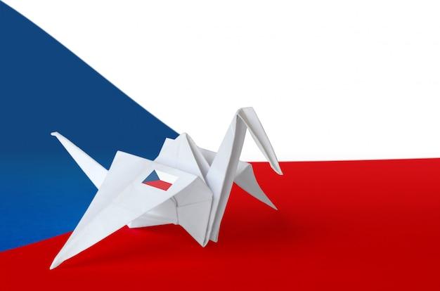 Drapeau Tchèque Représenté Sur Une Aile De Grue En Papier Origami. Fond De Concept D'arts Faits à La Main Photo Premium