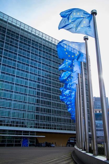 Drapeau De L'ue Devant Le Parlement Européen à Bruxelles, Belgique Photo Premium