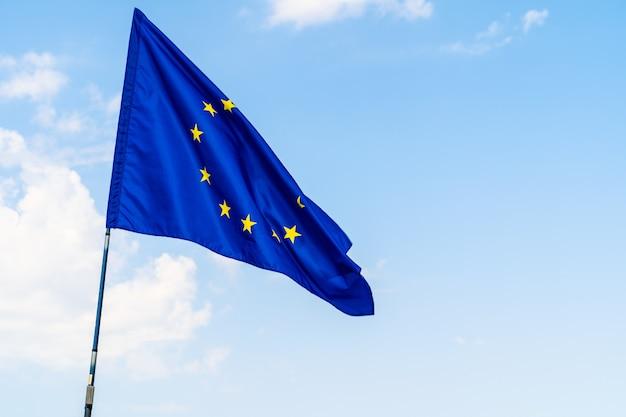 Drapeau de l'union européenne contre le ciel bleu Photo Premium