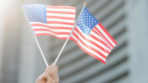 Drapeaux Américains Tenus à La Main Photo gratuit