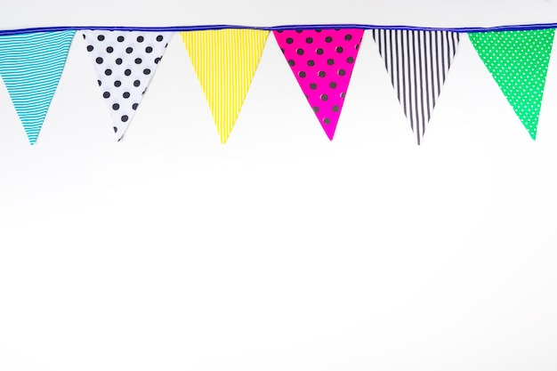 Drapeaux de bruant coloré sur fond blanc Photo gratuit