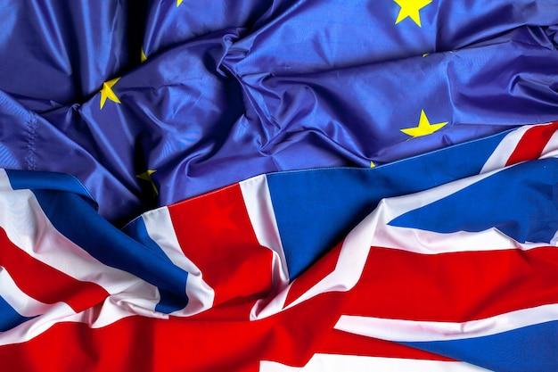 Drapeaux du royaume-uni et de l'union européenne Photo Premium