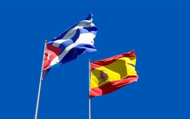Drapeaux De L'espagne Et De Cuba. Photo Premium