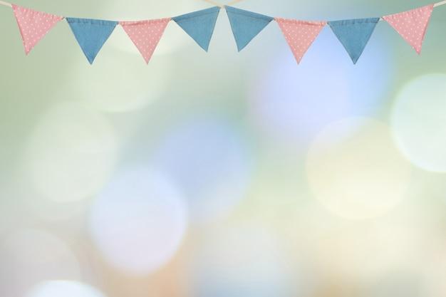 Drapeaux de fête colorés suspendus sur flou fond abstrait, fond de carte de voeux Photo Premium