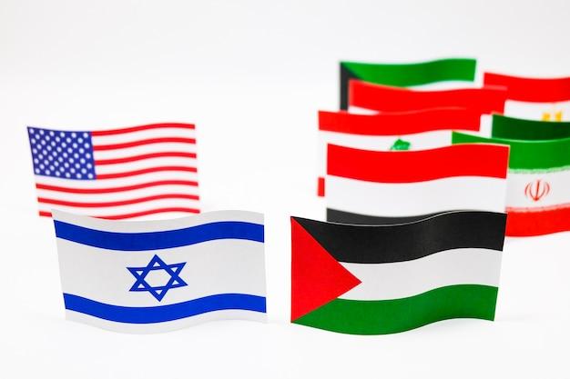 Drapeaux multicolores d'israël et de la palestine sur fond blanc. Photo Premium