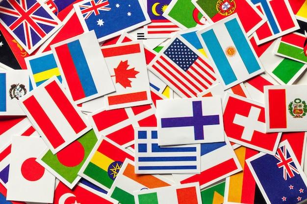 Drapeaux nationaux des différents pays du monde dans un tas dispersé, Photo Premium
