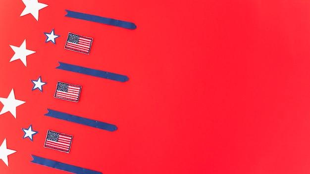 Drapeaux nationaux étoiles et rayures sur une surface rouge Photo gratuit