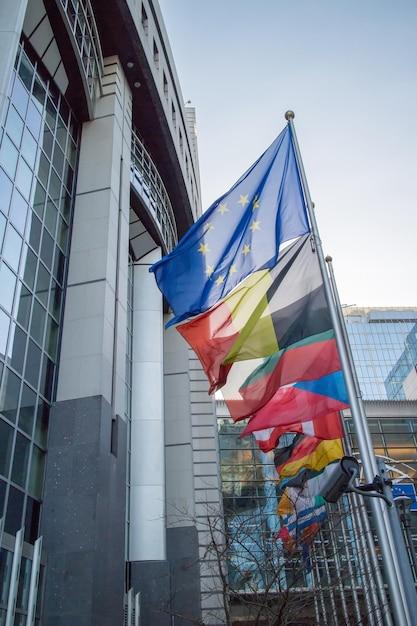 Drapeaux Avec Le Parlement Européen à Bruxelles, Belgique Photo Premium