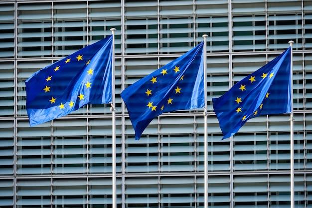 Drapeaux De L'ue Devant La Commission Européenne Photo Premium