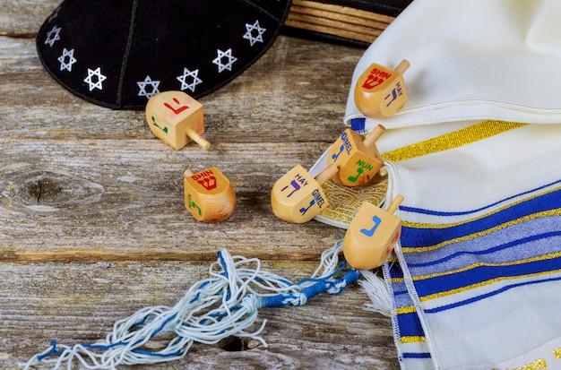 Dreidel en bois pour hanoukka sur fond clair Photo Premium