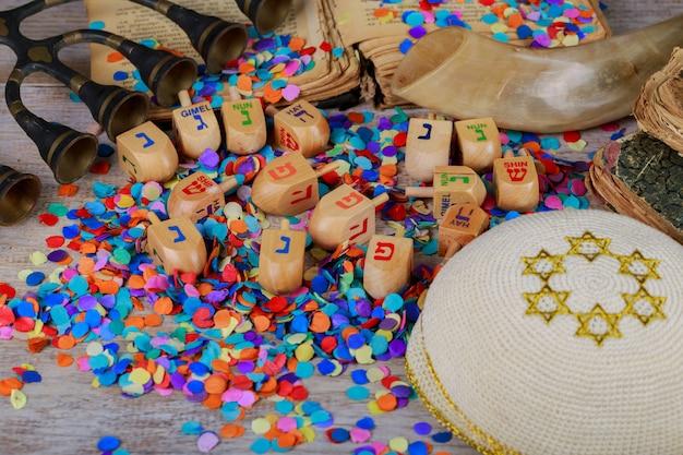 Dreidels en bois de 'hanouccah sur une surface en bois. Photo Premium
