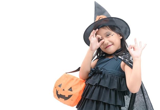 Drôle enfant fille en costume de sorcière pour halloween Photo Premium