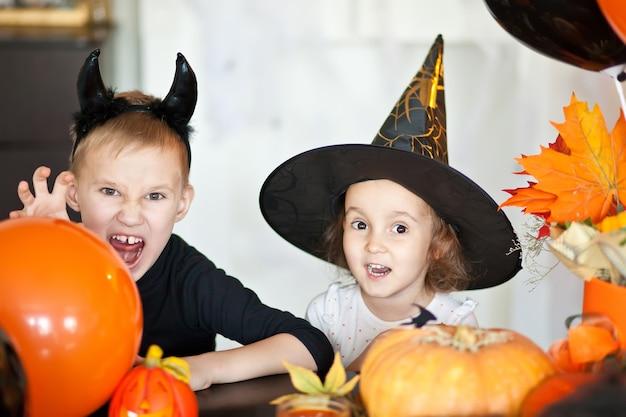 Drôle Enfant Fille Et Garçon Adolescent En Sorcière Et Costumes Maléfiques Pour La Fête D'halloween Photo Premium
