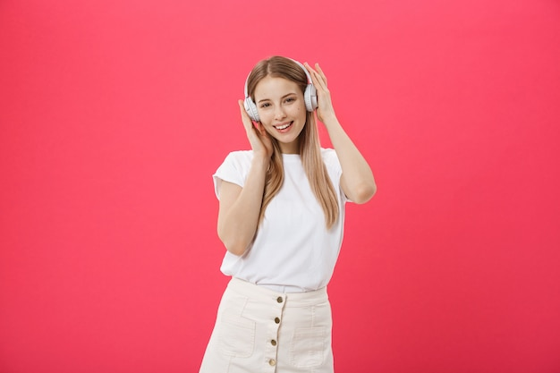 Drôle femme avec un casque danse chantant et écoutant de la musique Photo Premium