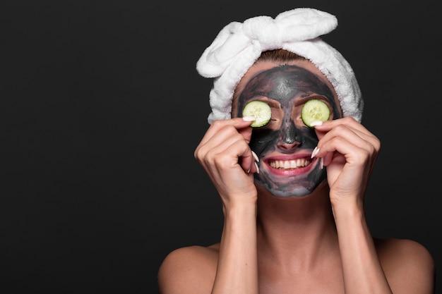 Drôle femme avec masque de soin Photo gratuit